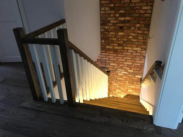 Лестница из массива дерева ясеня с подсветкой на заказ