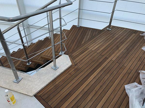Пол из тика палубной укладкой, лестница из тика в душевую