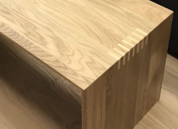 Приставной столик из массива твердого дерева с шипованием