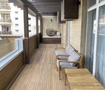 Полы из тика на балконе