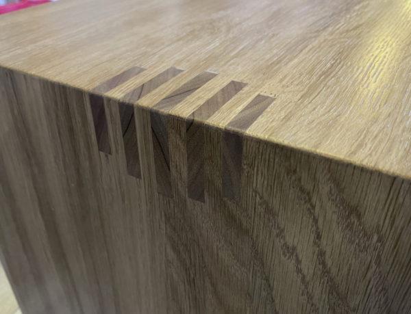 Приставной столик из массива твердого дерва со вставкамии из ореха