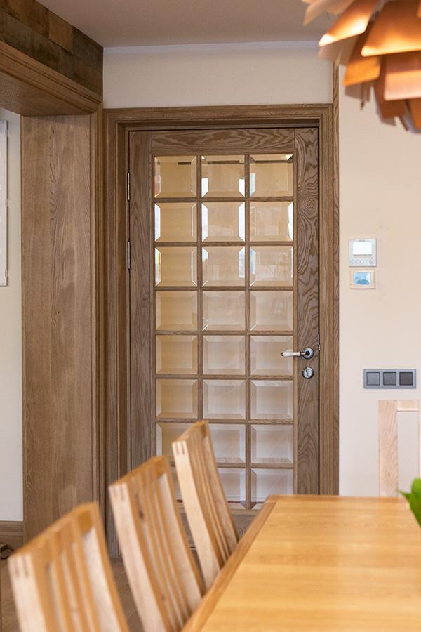 Дверь межкомнатная из массива дуба со стеклом и фацетом