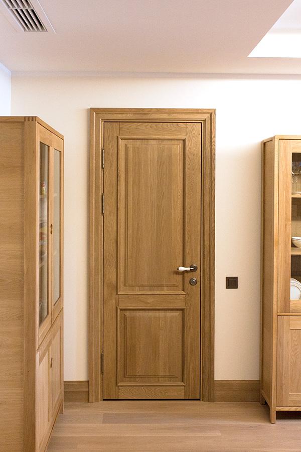Глухая дубовая дверь